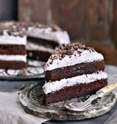 Av og til ER det enkleste det beste. Som i denne kaken som er en veldig enkel, men super god sjokoladekake lagt sammen med pisket krem med sjokoladebiter. Det blir ikke mye bedre enn dette. Det er enk