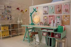 vrolijke kleuren op een rustige basis! 8 kleine bordjes met diverse dingen eraan gehangen! sfeer Creative Studio, Lotus, Scrapbook, Google, Room, Crafts, Bedroom, Lotus Flower, Manualidades