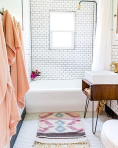 Seeing this beautiful bathroom is immediately brightening up our day. The home, a 93-year-old Spanish bungalow, is FILLED with color and playful patterns. See more of this wallpaper designer's playful space via the link in our bio. (Image: @marisavitalephoto | Home: @mssamanthasantana)