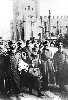 Battle of Königsberg - Königsberg, gefangene deutsche Offiziere ADN-ZB II.Weltkrieg 1939-1945 Gefangene Offiziere der deutschen Wehrmacht in den Straßen von Königsberg, am 12. April 1945.