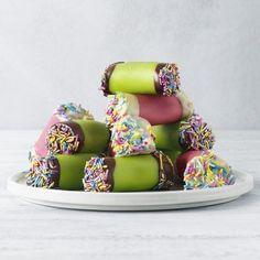 """Söta små """"dammsugare"""" med dadlar, kokos och kakao i fyllningen. Färgsprakande och kul både på kalaset och vid högtider som påsk!"""