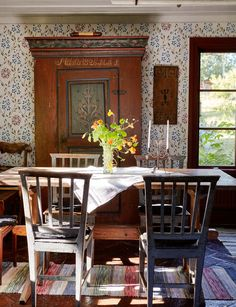 Allmoge och vackra blommor hemma hos Gunnar Kaj i Roslagen - Lilly is Love Swedish Kitchen, Swedish Cottage, Swedish House, Cozy Cottage, Cottage Style, Home Interior, Interior Design, A Little Night Music, Cosy Home