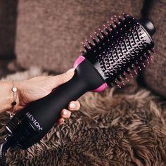Mit dem One-Step Hair Dryer & Volumizer von Revlon kann man sein Haar zugleich trocknen und ihm Volumen verleihen