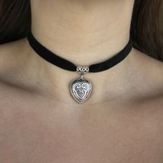 Girls Necklaces, Choker Necklaces, Velvet Heart, Gold Aesthetic, Hipster Grunge, Accesorios Casual, Drawing Clothes, Classic Style, Classic Fashion