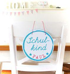 *Türschild für den ersten Schultag  mit dem Namen des Schulkindes*  +Der erste Schultag ist für jedes Schulkind ein besonderer Tag, so soll er auch gefeiert werden.+  Das Schild kann...