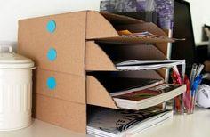Móbile de material reciclável organiza e decora