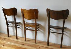 halve stoel aan de muur voor kleren in de slaapkamer