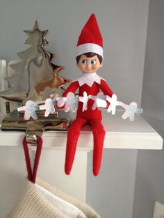 THE ELF ON THE SHELF~ Elf has made a Gingerbread paper chain.