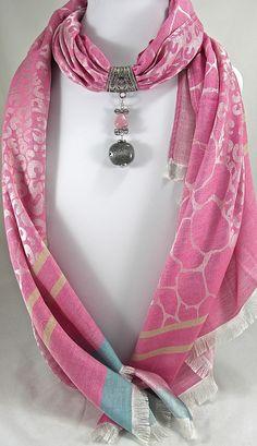 Bijou de foulard sur bélière avec son foulard, perles céramique grises et roses sur métal argenté - R2f. : Echarpe, foulard, cravate par si-mes-perles-etaient-contees
