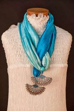 This Pin was discovered by TC Scarf Necklace, Scarf Jewelry, Fabric Jewelry, Scarf Cardigan, Diy Scarf, Crochet Motif, Knit Crochet, Furoshiki, Bruges Lace
