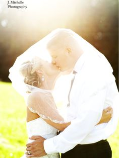 Love these romantic wedding pictures at a Knoxville wedding, photographed by J. Michelle Photography | The Pink Bride www.thepinkbride.com