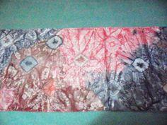 Fular de seda natural teñido con pinturas para tela.