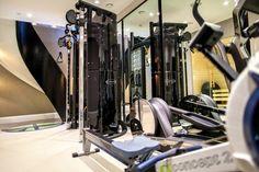 Mayfair Mews House by Kathryn Levitt Design! Interior design ideas Luxury Gym Modern living room #homedecorideas #modernsofas #luxuryinteriordesign Find more in: https://www.brabbu.com/en/inspiration-and-ideas/