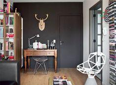 Porta e parede pintadas da mesma cor dão a sensação de uma superfície maior – mesmo utilizando um tom mais escuro, quebrando o preconceito.