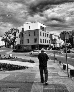 Spacerując po #gniezno.  #blackwhite  #bwphotography #streetphotography #architecture #city #buildings #people #polska #poland