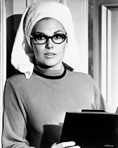 Kim Novak takes notes in The Legend Of Lylah Clare (1968)