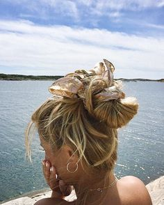 Hair goals Messy bun Beach hair Salty hair don& care Summer vibes Summ. My Hairstyle, Scarf Hairstyles, Messy Hairstyles, Pretty Hairstyles, Hairstyles Videos, Everyday Hairstyles, Formal Hairstyles, Hairband Hairstyle, Fringe Hairstyle