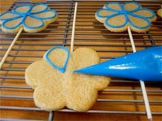 Pardon My Crumbs: How To Make Gorgeous Homemade Sugar Cookies At Home. Move Over, Cookies By Design. Cocoa Cookies, Iced Cookies, Cupcake Cookies, Homemade Sugar Cookies, Sugar Cookies Recipe, Cookie Recipes, Sugar Cookie Royal Icing, Cookie Icing, Vanilla Recipes