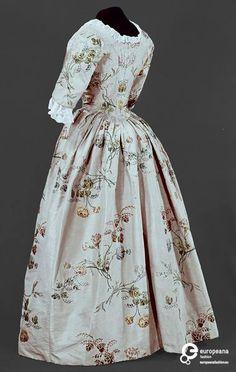 Robe à l'Anglaise, England (Spitalfields), 1780, fabric: 1747 (by Anna Maria Garthwaite). Cream silk satin brocaded with floral sprays.