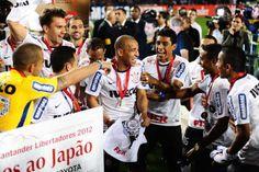 Sport Club Corinthians Paulista - Jogadores brincam após receberem as medalhas de campeão da Libertadores 2012