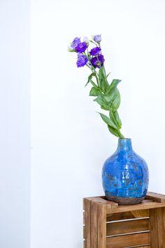 Die handgearbeitete *Vase BELLY* aus Stein und Keramik lässt uns träumen und erfreut Tag für Tag.  Ob mit Blumen im gleichen Farbspektrum oder mit knalligem Kontrast, ein Hingucker ist sie so oder so. Home Decor, Vases, Stones, Handarbeit, Florals, Decoration Home, Room Decor, Interior Design, Home Interiors