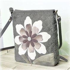 큰꽃을 이용한 크로스가방이예요.봄에 사계절에 잠깐 외출하실때 넘 좋아요.봄에 메고 폼나게 다녀볼까요? 퀼트,퀼트가방,퀼트패키지,퀼트가방패지