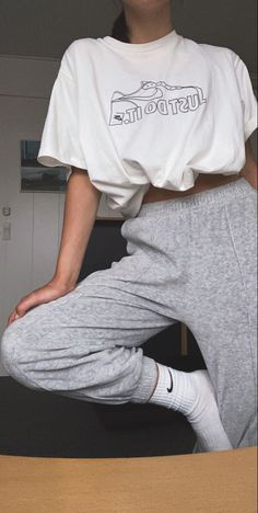 Cute Sweatpants Outfit, Sweatpants Style, How To Wear Sweatpants, Cute Comfy Outfits, Trendy Outfits, Grey Outfit, Mode Outfits, Aesthetic Clothes, Sport