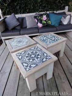 Ideeën voor tuin en terras - tafeltjes met Portugese tegels.