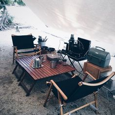 Ah, the art of glamping. Combining chic ideas with the outdoors, glamping is a way to have fun and be comfortable. Not quite camping yet not quite a s. Zelt Camping, Camping Glamping, Camping Life, Family Camping, Camping Hacks, Camping Ideas, Diy Camping, Outdoor Life, Outdoor Fun