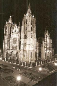 Catedral Gótica de la ciudad de León | Fotos Antiguas | Historia Leonesa | Vidrieras Iglesias, Gothic Art, Tourism, Spanish, Black And White, Building, Travel, Gothic Architecture, Lions Photos