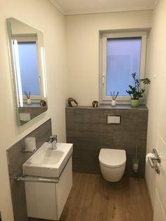 lakberendezés Gäste-WC teilgefliest mit grauen Fliesen in Betonoptik und Designboden in Holzoptik