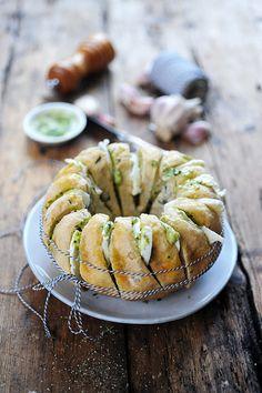 J'ai quelquefois essayé de faire du pain avec des résultats on va dire mitigés, puisque au milieu de jolis pains tout croustifondants comme...
