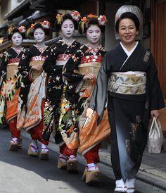 Geiko & Maiko — January Senior Geiko Chikafuku of Miyagwacho. Japanese Geisha, Japanese Kimono, Kabuki Costume, Disney Princess Movies, Geisha Art, Kyoto Japan, Okinawa Japan, Maneki Neko, Special Dresses