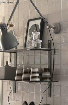 Aröd skrivbordslampa omgjord till vägglampa