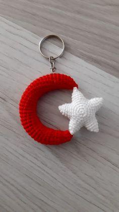 Crochet Keychain Pattern, Crochet Patterns Amigurumi, Baby Knitting Patterns, Crochet Dolls, Crochet Clothes, Small Crochet Gifts, Crochet Slippers, Hand Embroidery, Crochet Earrings