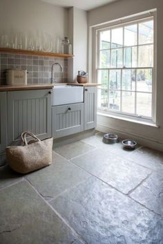 slate flooring Slate kitchen flooring may be your answer to durability, beauty, and style Limestone Flooring, Slate Flooring, Flooring Ideas, Flagstone Flooring, Natural Stone Flooring, Tiled Floors, Home Flooring, Floors Of Stone, Wooden Flooring