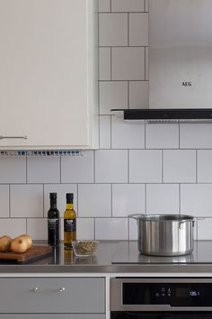 Light gray kitchen and white upper cabinets - stainless steel worktop Upper Cabinets, Kitchen Cabinets, Kitchen Appliances, Light Grey Kitchens, Nordic Kitchen, Family Kitchen, Work Tops, Old And New, Stainless Steel
