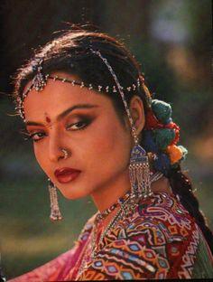 Bollywood Makeup, Bollywood Actress Hot, Bollywood Stars, Bollywood Celebrities, Beautiful Girl Indian, Most Beautiful Indian Actress, Indian Film Actress, Indian Actresses, Rekha Saree