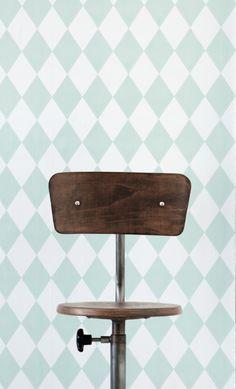 Ferm Living behangpapier  Ook op zoek naar mooi, origineel en kwalitatief behangpapier voor de kinderkamer?    Het behangpapier van Ferm living met speels motief brengt onmiddelijk een leuke sfeer in de slaapkamer van de kids of in de woonkamer. Leuk te combineren met andere spulletjes uit deze collectie zoals het bedlinnen en wandlampje. Een rol is 0,53 meter breed en bevat 10,05 meter Wallsmart vliesbehang.