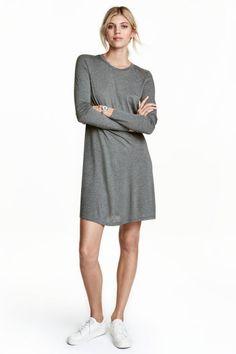 Jerseykleid mit Langarm: Kurzes Kleid aus weichem Jersey. Modell mit langem Arm und leicht ausgestelltem Jupe.