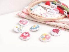 Buttons mit bestickten Blumen