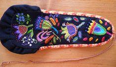 Lena & Malin stickar: Yllebroderi Scandinavian Embroidery, Swedish Embroidery, Wool Embroidery, Wool Applique, Embroidery Patterns, Sewing Case, Textiles, Folk Fashion, Pin Cushions