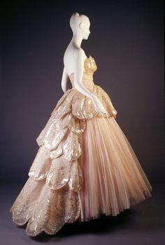 Venus dress from 1949. (KSUM 1983.1.2062)