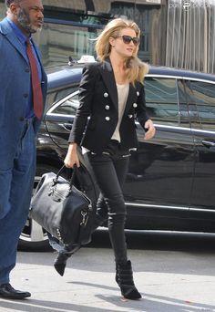Rosie Huntington-Whiteley arrive à Gare du Nord, habillée d'une veste Balmain, d'un pantalon en cuir, d'un sac Balenciaga et de bottines Isabel Marant. Paris, le 27 septembre 2013.