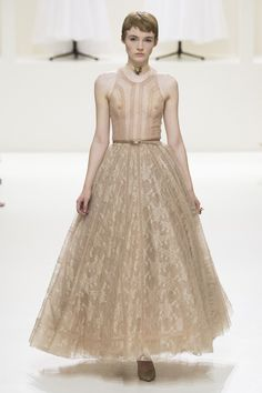 Christian Dior Fall 2018 Couture Fashion Show Collection: See the complete Christian Dior Fall 2018 Couture collection. Look 59 Dior Haute Couture, Christian Dior Couture, Christian Dior Paris, Dior Fashion, Couture Fashion, Runway Fashion, Fashion Models, Fashion Show, Belle Silhouette