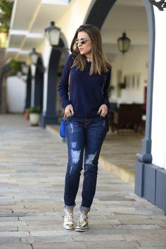 Inverno / meia estação - calça jeans destroyed + suéter azul marinho + tênis metalizado