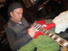 Alvaro Urquijo (Los Secretos) firmando una guitarra en Hard Rock Cafe Madrid
