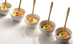 Salat von gedämpften Garnelen, Avocados und Tomatenwürfel in Zitronenmarinade