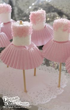 Less is more..... Snelle stijlvolle traktaties voor ballerina's en prinsessen. Nodig; 1 marshmallow 1 papieren cupcake-vorm 1 satép...
