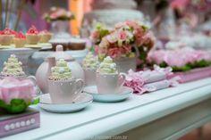 """Para comemorar os 2 anos da Maria Beatriz, Rachel Gomes (clique) criou um """"Chá das Bonecas"""" com muitas rosas em tons diferentes, um bolo e lindo e doces modelados com bules e xícaras!! Os cupcakes foram colocados na xícara literalmente, junto ocm os chocolates em formato de bolo em camadas, digno de princesa! Um trabalho …"""